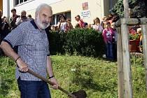 Oslava 80. výročí Základní školy Lysolaje. Zdeněk Svěrák zasadil památný strom (švestku) při příležitosti přejmenování školy na Základní školu Járy Cimrmana Lysolaje.