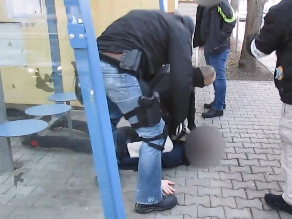 Pražská zásahová jednotka zadržela dva muže podezřelé z přepadení banky na Skalce.