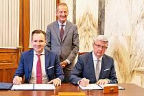 Předseda představenstva koncernu Volkswagen Herbert Diess, místopředseda vlády, ministr Karel Havlíček a předseda představenstva Škoda Auto Thomas Schäfer.