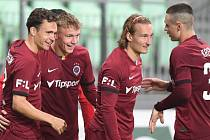 Sparťanský fotbalista Adam Karabec (druhý zleva) se stal třetím nejmladším ligovým střelcem. Při výhře v Karviné (4:1) mu bylo 16 let a deset měsíců.