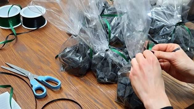 Pečlivě zabalené kousky černého uhlí čekají na předání dětem.