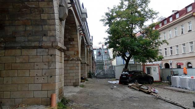 Provizorní schodiště na Negrelliho viadukt.