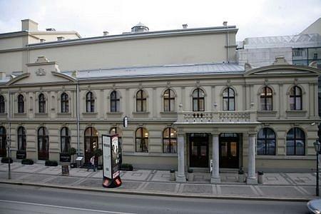 V publikaci se objeví i Hudební divadlo karlín, které prošlo rekonstrukcí po povodních v roce 2002, a posléze získalo v soutěži Stavba roku 2007 Cenu primátora hl. m. Prahy.