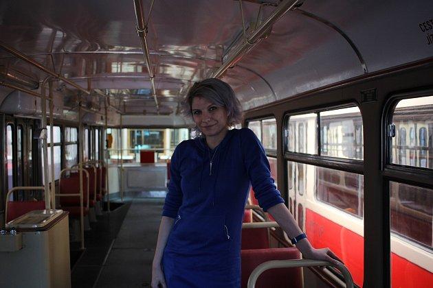 """Před třemi lety Karolína založila stránku Deník pražské tramvajačky. """"Chtěla jsem, aby lidé viděli, že tramvajáci nejsou jen takový ti typičtí devadesátkový vousatý tramvajáci.'"""
