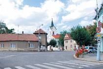 DVOJICE BUDOV. Dva šedé domy (uprostřed snímku) by mohly padnout, aby se rozšířilo náměstí Svobody. O jejich odkupu nyní jedná libčická radnice.