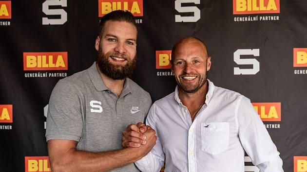 Obránce Adam Polášek se sportovním manažerem HC Sparta Praha Jaroslavem Hlinkou.