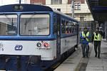 Vyšetřovatelé Drážní inspekce na místě nehody osobního vlaku na Hlavním nádraží v Praze.
