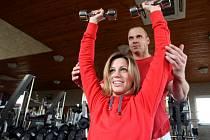 Pokud jde o cvičení ve fitness centrech, muži si častěji vybírají posilovny a ženy zase volí skupinová cvičení jako trampolíny nebo alpinning.