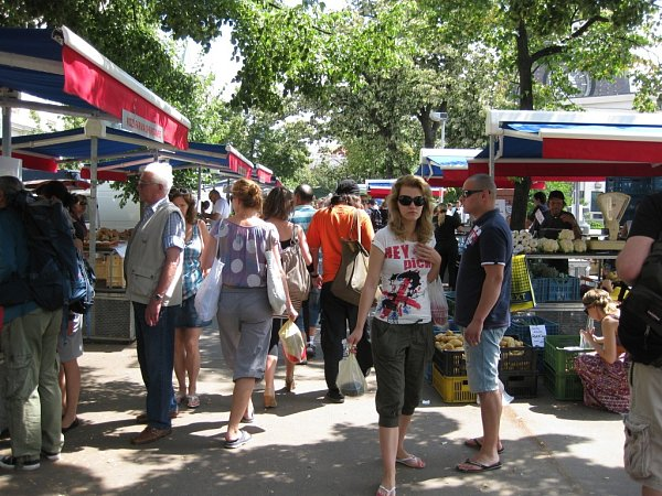 Farmářské trhy na náměstí Jiřího zPoděbrad vPraze.