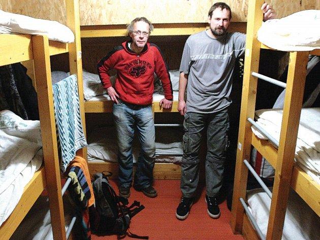 Lidé bez domova mohou v současnosti využít čtyři zimní noclehárny, nebo například loď Hermes. Kapacita je podle Centra sociálních služeb Praha dostatečná.