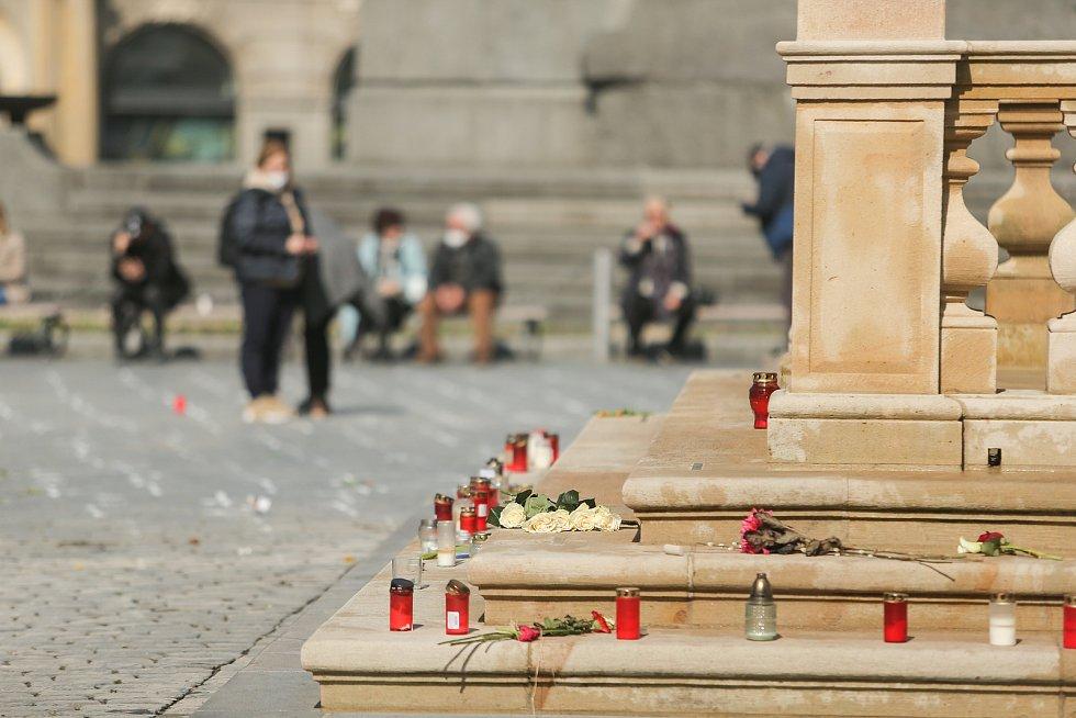 Pietní místo za oběti covidu vzniklo na Staroměstském náměstí v Praze.