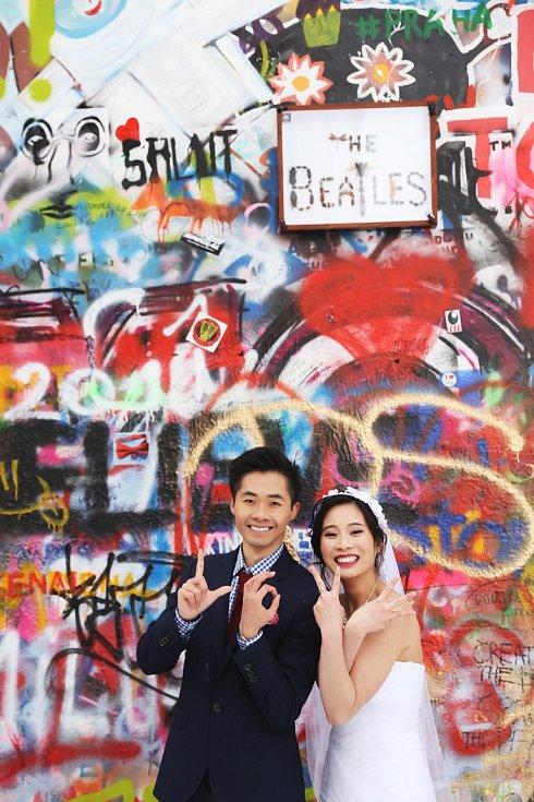 U zdi Johna Lennona se fotí i svatební fotografie