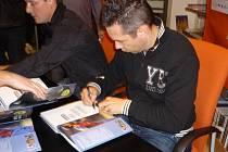 Pavel Horváth se podepisuje fanouškům v knihkupectví Neoluxor