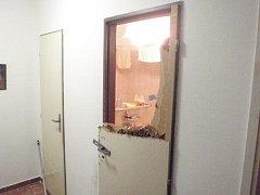 Strážníci museli vylomit dveře, aby zachránili dítě.