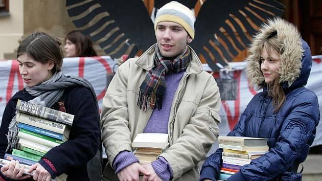 Happening nazvaný Vážíme si vzdělání – proti vysokoškolským reformám se konal ve čtvrtek 23.února u Lichtenštejnského paláce na Praze 1.