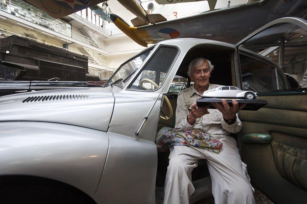 Miroslav Zikmund si vpražském Národním technickém muzeu přišel prohlídnout svůj vůz Tatra 87, snímž cestovatelé Zikmund a Hanzelka podnikli vroce 1947první cestu do Afriky a Jižní Ameriky.