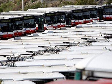 NAJDOU SE NA NĚ PENÍZE? Vozový park stárne, chybí čím dál více autobusů. Zatímco sociální demokraté navrhují vzít miliardu a půl ze stavby městského okruhu rovnou, zástupci ODS chtějí počkat, kolik zbyde neutracených peněz z loňského roku./Ilustrační foto