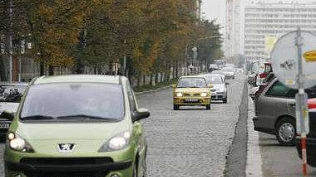 Dlažební kostky v ulici vystřídá asfalt.