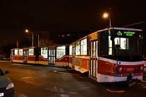 V Řepích vykolejila tramvaj, při tom narazila do sloupu a do světelné signalizace.