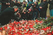 Primátor Hřib položil květinu a zapálil svíčku na Národní třídě.