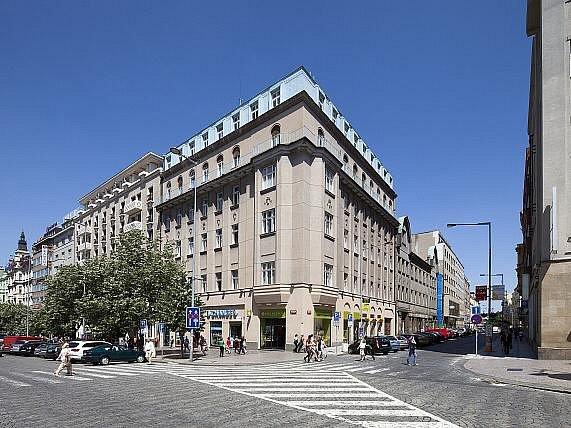 Budova z roku 1880 na rohu Opletalovy ulice a Václavského náměstí v Praze, kterou chce investor zbourat, aby zde mohla vyrůst novostavba. Vlevo od rohové budovy hotel Jalta na Václavském náměstí, vpravo fasáda budovy Pražské akciové tiskárny v Opletalově