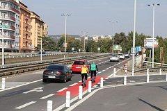 Nová dopravní opatření v okolí Vltavské rozproudila diskuzi o bezpečnosti.