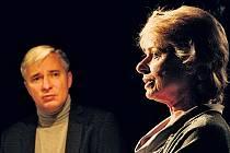 VÝSLECH. Vladislav Beneš coby vyšetřovatel a Kateřina Burianová jako Claire Lannesová v inscenaci Anglické milenky.