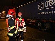Autobus na okraji Prahy naboural do odstaveného kamionu, zraněno bylo šest lidí.