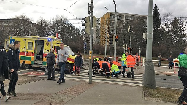 Při dopravní nehodě ve Švehlově ulici zemřeli dva lidé