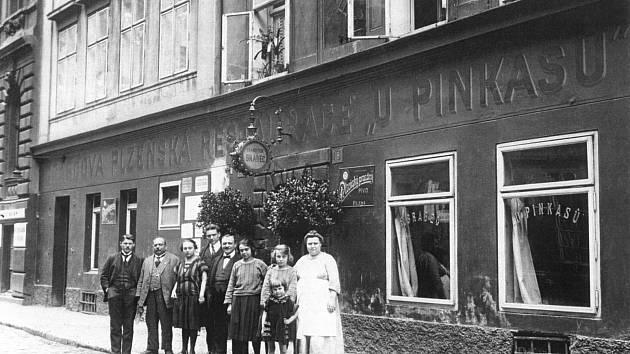 Manželé Brabcovi před restaurací se svými zaměstnanci.