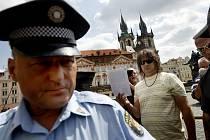 AKTIVISTA. Taxikář Zdeněk Ponert měl jednu z hlavních rolí i při potyčce ve čtvrtek 16. srpna (na snímku), kdy s kolegy přijeli opět zabrat čerstvě zrušené stání na Staroměstském náměstí.