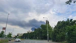 Požár haly v pražské Uhříněvsi 25. července 2021