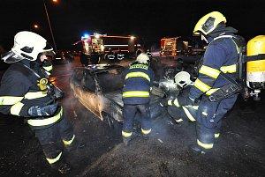 V Kyjích hořela dvě auta