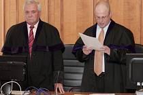 Krajský soud v Praze poslal bývalého poslance a hejtmana Davida Ratha na 8,5 roku do vězení. Na snímku vpravo soudce Robert Pacovský.