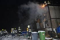 Stotisícovou škodu si podle odhadu pražských hasičů vyžádal požár montovaného dřevěného objektu halového charakteru, který byl v ulici Mezi Vodami v Modřanech využíván jako klub.