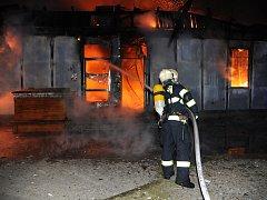 V úvodní fázi zásahu, kdy se zřítila konstrukce střechy budovy, se jeden ze zasahujících mužů lehce popálil.