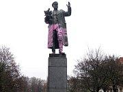 Sochu maršála Koněva v Praze 6 někdo nastříkal růžovou barvou.