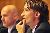 VRÁTÍ TÝMU ŠTĚSTÍ? Naplnění nejhoršího klišé, které je svázané s jeho osobou, by určitě Vladimíru Šmicrovi v nové funkci nevadilo. (Středeční tisková konference nového manažera české fotbalové reprezentace.)