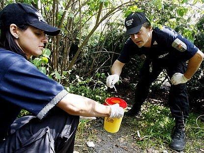 Strážníci likvidovali injekční stříkačky a jehly z míst, kde si hrají děti.