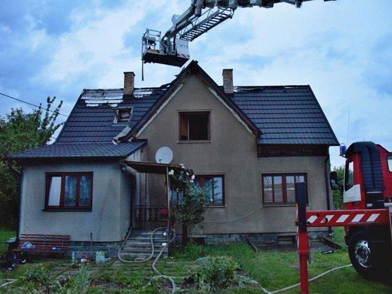 Noční bouřky doprovázené silným deštěm, větrem i hromy a blesky se výrazně podílely na zvýšení počtu výjezdů středočeských hasičů v prvních sedmi hodinách středy 8. června 2015.