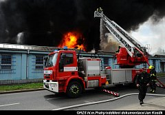 Požár haly v Hostivaři.