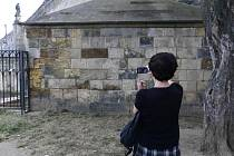 Žena si fotí 29. července 2019 pilíř Karlova mostu v Praze, ze kterého v noci na 28. července 2019 někdo odstranil graffiti.