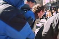 NEBEZPEČNÁ DVOJČATA. Kriminalisté ze čtvrtého pražského obvodu za zatýkali bílého dne nebezpečnou dvojici násilníků z Moldávie.