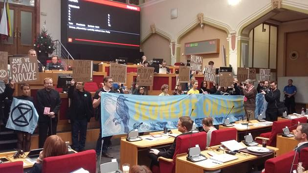 Ekologičtí aktivisté na zasedání pražského zastupitelstva.