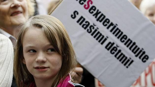 Iniciativa Akce D.O.S.T. uspořádala 1. září v centru Prahy pochod proti zavádění sexuální výchovy do škol.