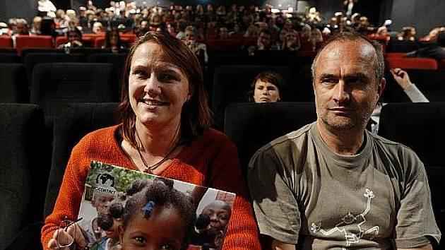 JANA A ZBYNĚK MAJDOVI v sobotu dostali kalendář. Ve kině Světozor se sešli s ostatními rodiči, kteří adoptovali dítě z Guiney.