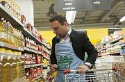Ministr zemědělství Marian Jurečka nakupoval v Praze potraviny do Národní potravinové sbírky.