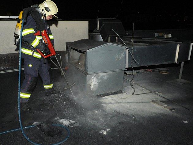Požár střechy hotelu.