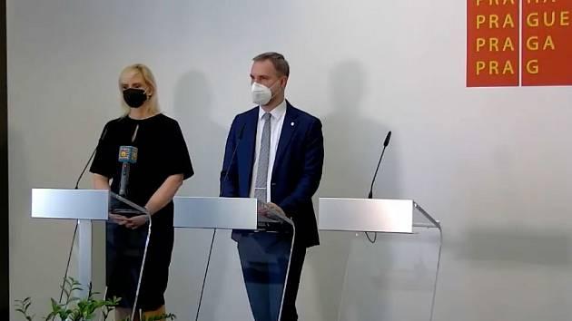 Středočeská hejtmanka Petra Pecková (STAN) a pražský primátor Zdeněk Hřib uspořádali společnou tiskovou konferenci kvůli skončení nouzového stavu.
