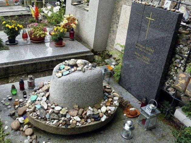 Hrob country zpěváka Michala Tučného na hřbitově vjihočeských Hošticích uVolyně na Strakonicku.